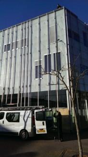 Glasbewassing bij het Grafisch Lyceum Utrecht door Ploeg Reinigingsdienst